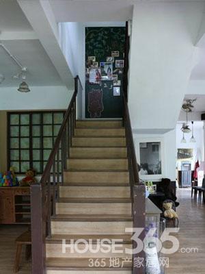 门厅楼梯装修效果图:复古怀旧风格的楼梯设计,楼梯转角安装了黑