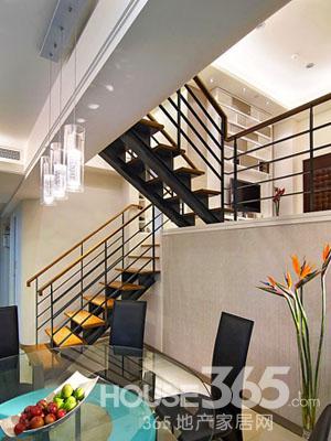 错层楼梯装修效果图:从客厅往下半层是餐厅与厨房