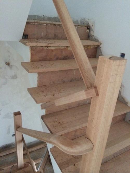 品家楼梯预安装完成 木料很扎实