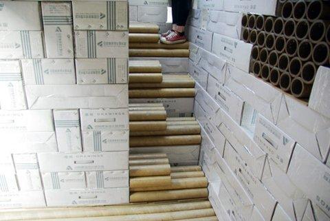 不仅楼梯是用纸管做的,整个房子都是用纸砖砌成的.
