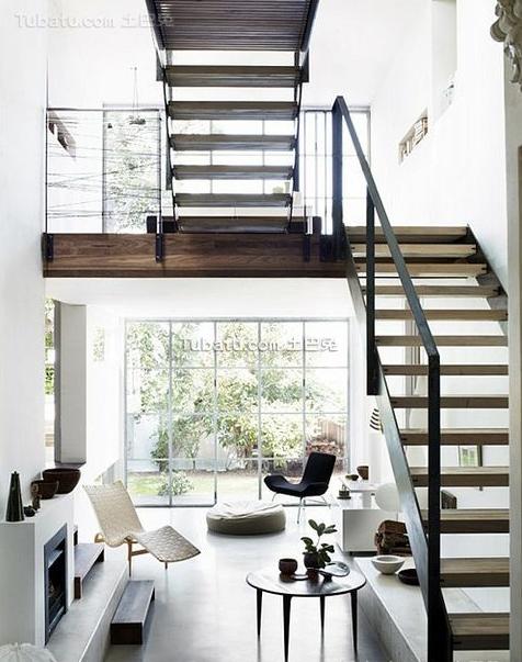 挑高空间里的楼梯设计效果图_别墅室内挑空旋转楼梯设计