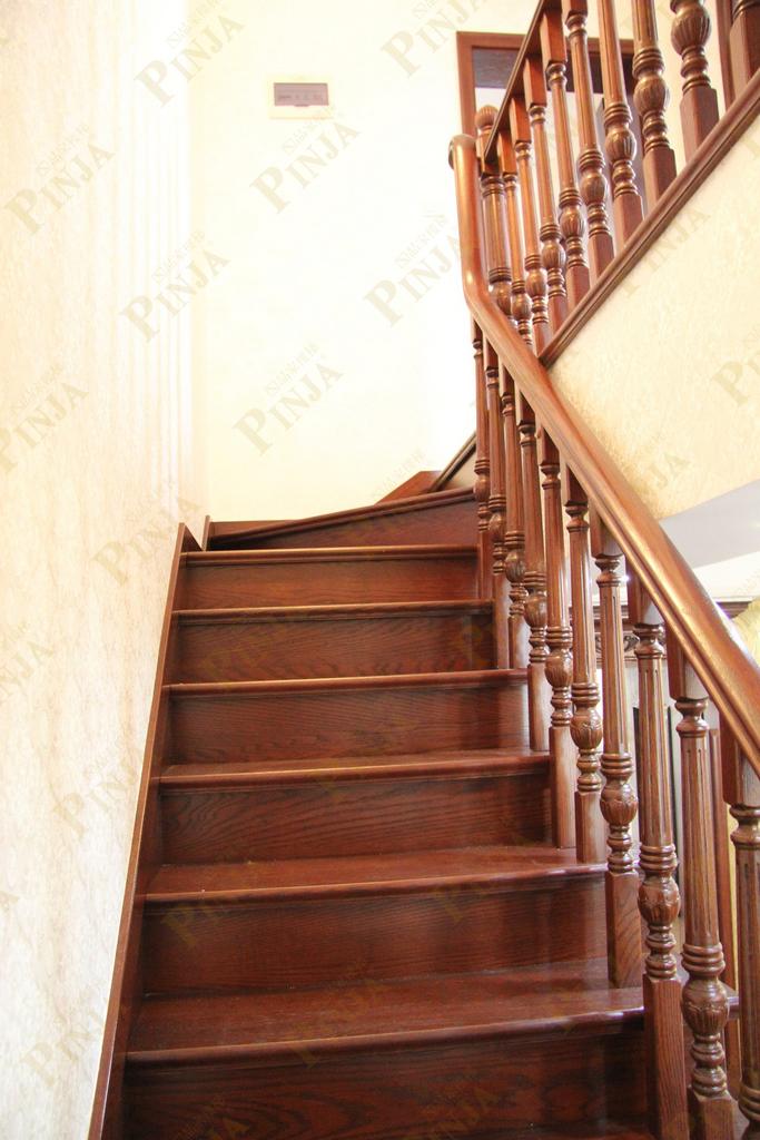 一般家庭使用实木楼梯木弯扶手楼梯颜色要跟搭配起来