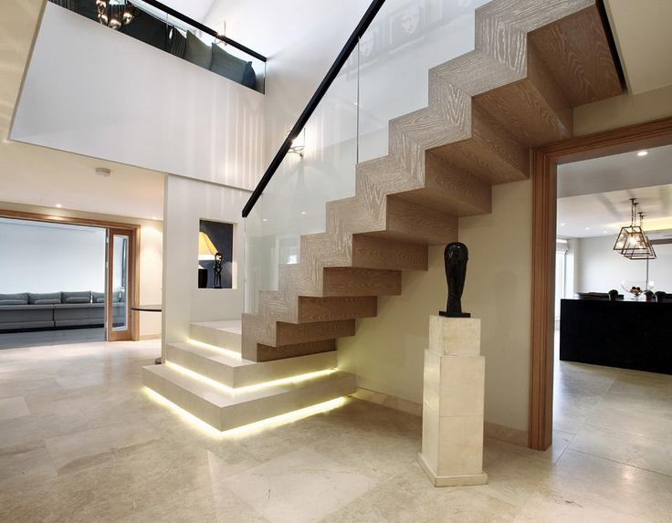 实木楼梯一般跃层或别墅用的居多,给人厚实稳重感,比较温暖的感觉!图片