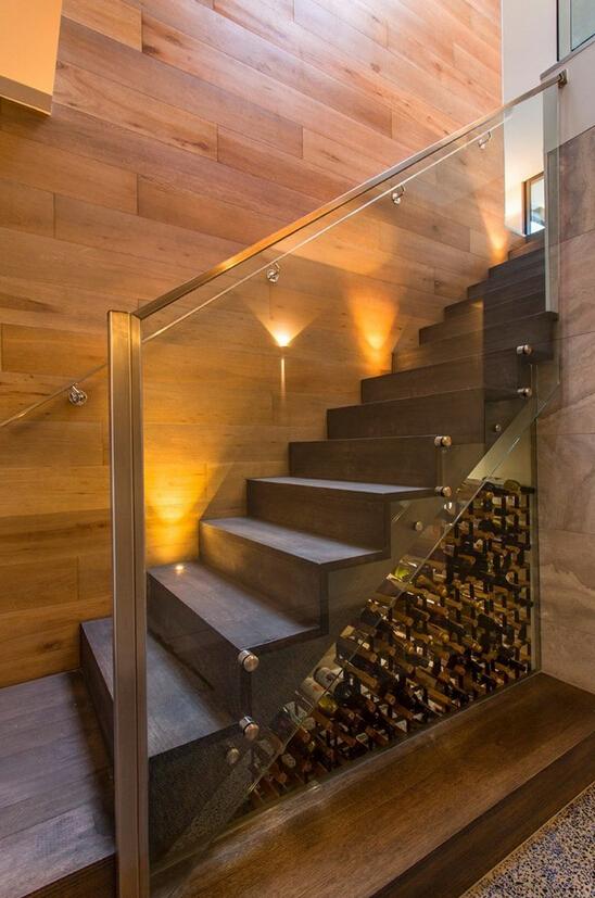 这家就把楼梯下面直接做成了一个小房间.门一关,里面又是一个世界.