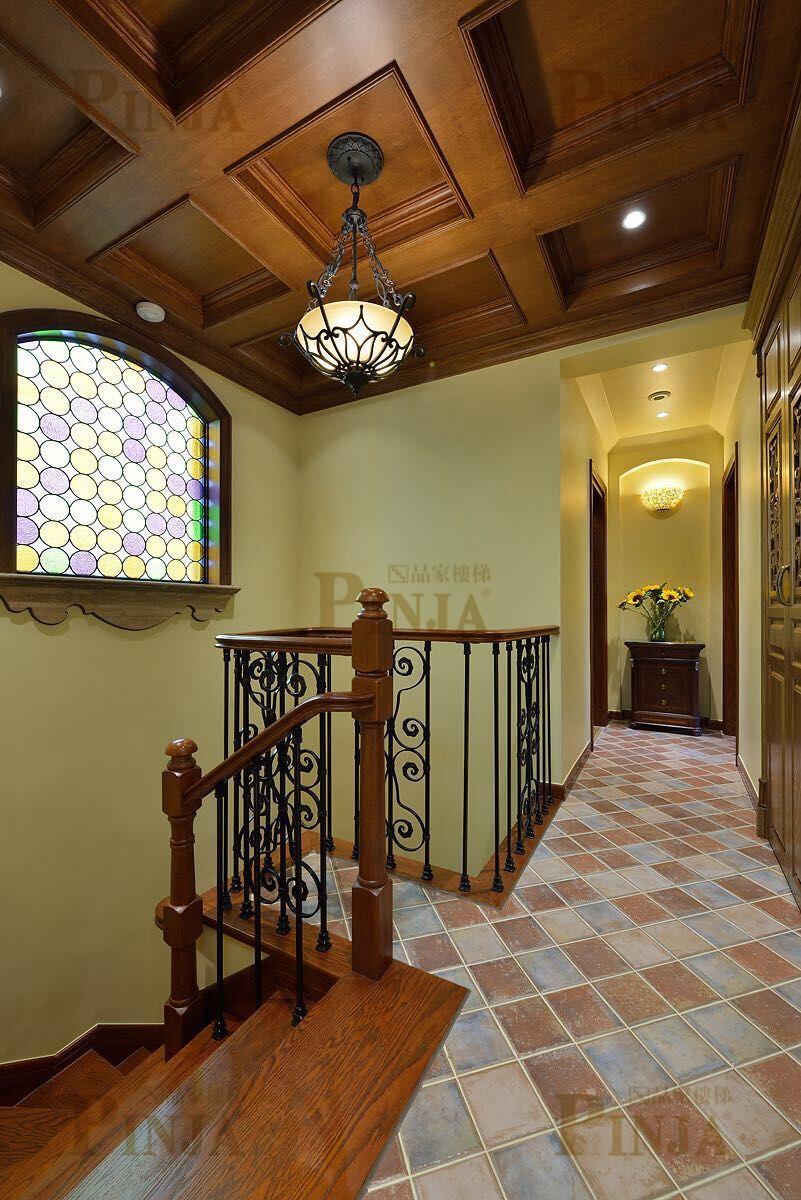 铁艺立柱木楼梯扶手_橡木楼梯踏板铁艺柱子_客厅楼梯安装
