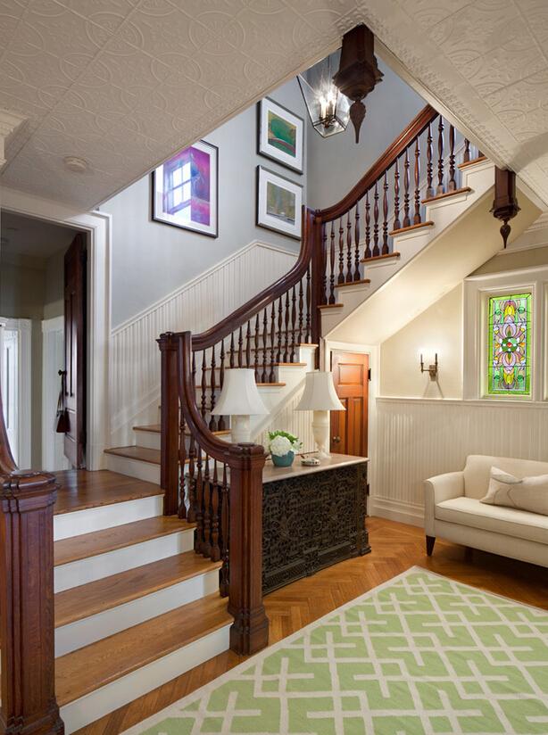 家用楼梯拐角处的墙面装饰物_木质楼梯拐角处照片墙图片