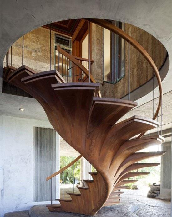 感觉这楼梯就是用一整块木材一体成形的!