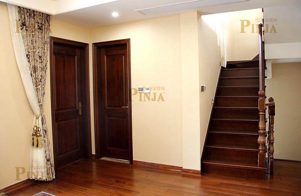 楼下木门统一选用红胡桃木,纹理较细腻,颜色偏中国人喜好的红木色.