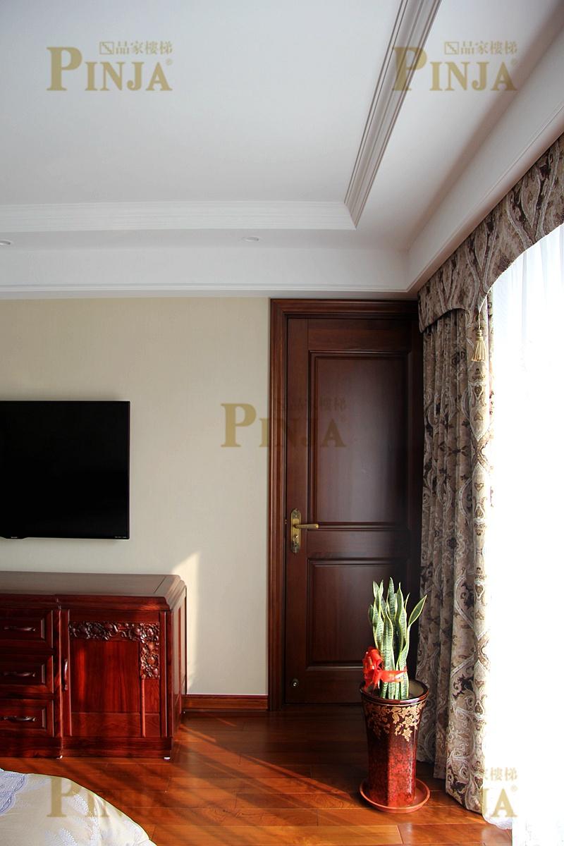 品家 上海别墅红木色实木楼梯 混搭木质别墅楼梯安装